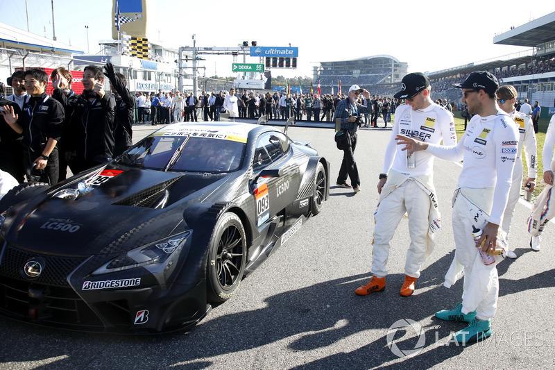 Pembalap DTM mengamati Lexus LC500