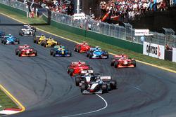 Mika Hakkinen, McLaren Mercedes MP4/13 ve David Coulthard, McLaren Mercedes MP4/13 startta ilk viraja geliyor