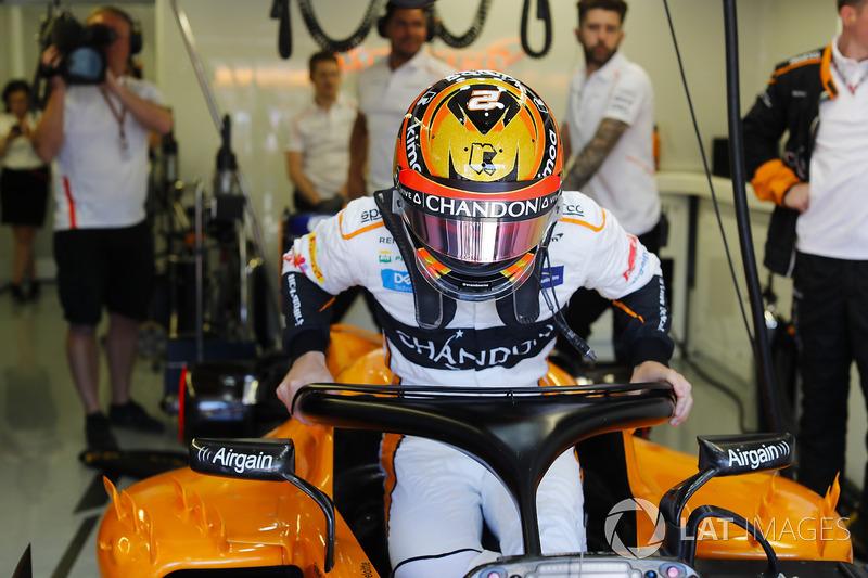 Stoffel Vandoorne, McLaren, si cala nell'abitacolo della sua monoposto