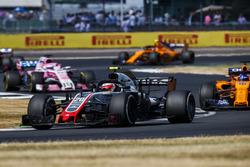 Kevin Magnussen, Haas F1 Team VF-18, voor Fernando Alonso, McLaren MCL33, en Sergio Perez, Force India VJM11