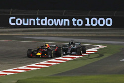 Max Verstappen, Red Bull Racing RB14 and Lewis Hamilton, Mercedes-AMG F1 W09 EQ Power+ s'accrochent