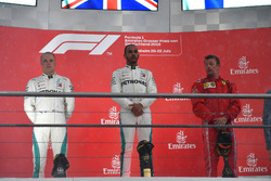 Valtteri Bottas, Mercedes-AMG F1, Lewis Hamilton, Mercedes-AMG F1 e Kimi Raikkonen, Ferrari, sul podio
