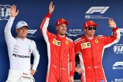 Valtteri Bottas, Mercedes-AMG F1, le poleman Sebastian Vettel, Ferrari et Kimi Raikkonen, Ferrari dans le Parc Fermé