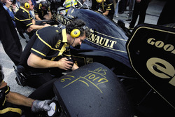 Markings on the rear tyre of Ayrton Senna, Lotus 98T Renault