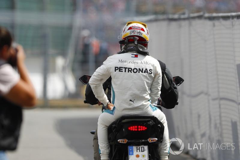 Lewis Hamilton, Mercedes AMG F1, vuelve al box tras su avería en Q1