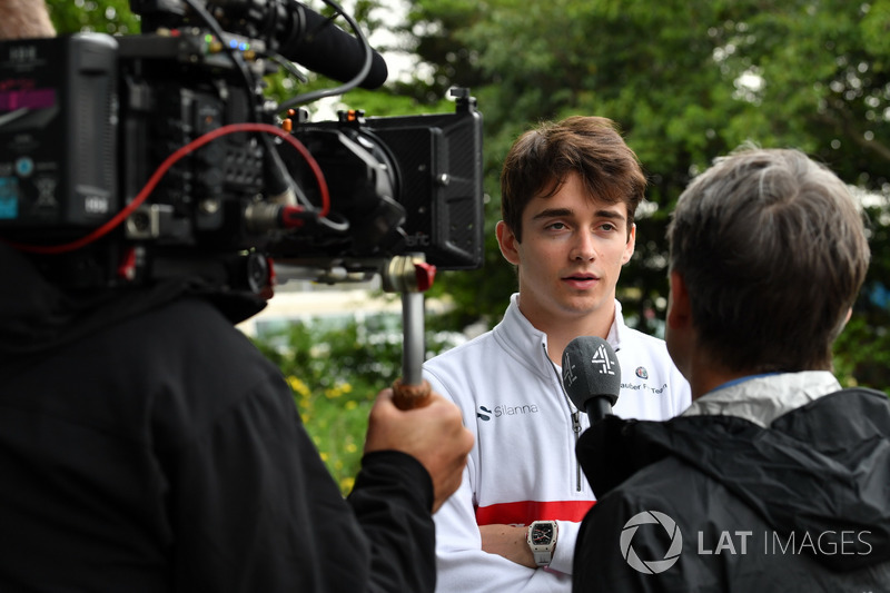 Charles Leclerc, Sauber, discute avec les médias