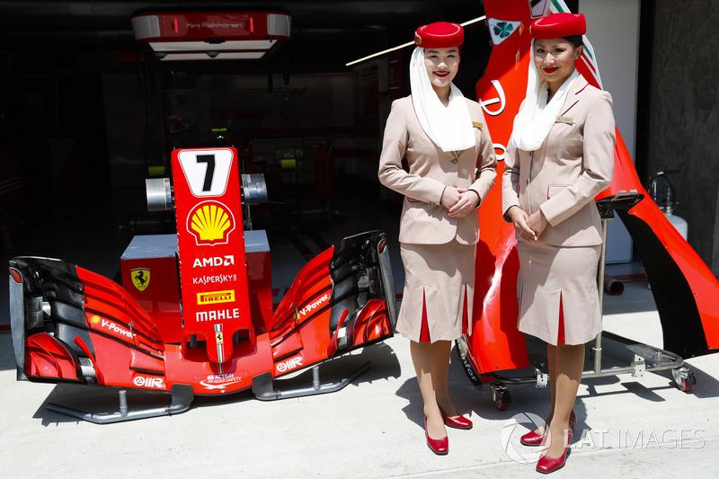 Des hôtesses Etihad en-dehors du garage Ferrari