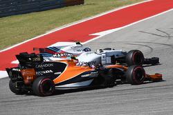 Stoffel Vandoorne, McLaren MCL32 and Lance Stroll, Williams FW40 battle