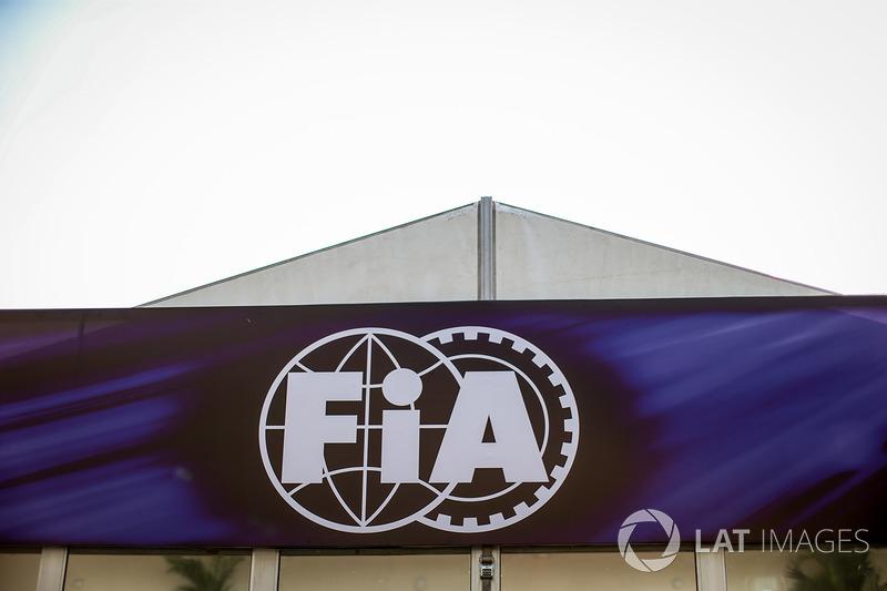 FIA letrero en el paddock