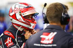 Kevin Magnussen, Haas F1 Team, puts his helmet on