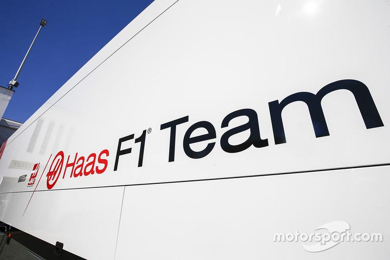 Truk Haas F1 Team di paddock