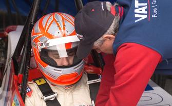 Олег Гайдамаченко застібає ремені безпеки синові Дмитру перед гонкою