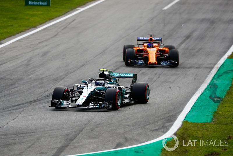 Valtteri Bottas, Mercedes AMG F1 W09, leads Fernando Alonso, McLaren MCL33