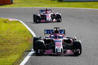 Sergio Perez, Racing Point Force India VJM11, devant Esteban Ocon, Racing Point Force India VJM11