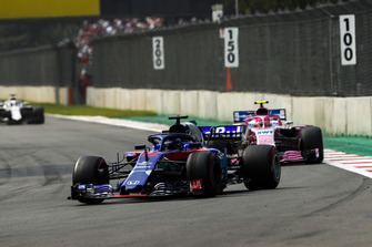 Brendon Hartley, Toro Rosso STR13, leads Esteban Ocon, Racing Point Force India VJM11