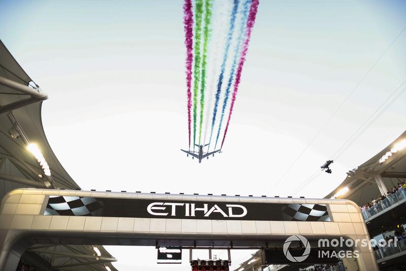 El equipo de exhibición de los EAU Al Fursan escolta un Airbus A380 de Etihad Airlines a través de la parrilla en su avión Aermacchi MB339A