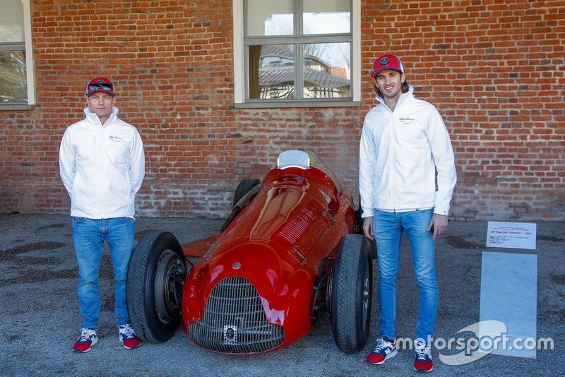 Antonio Giovinazzi, Alfa Romeo Racing e Kimi Raikkonen, Alfa Romeo Racing, posano con una GP Tipo 159