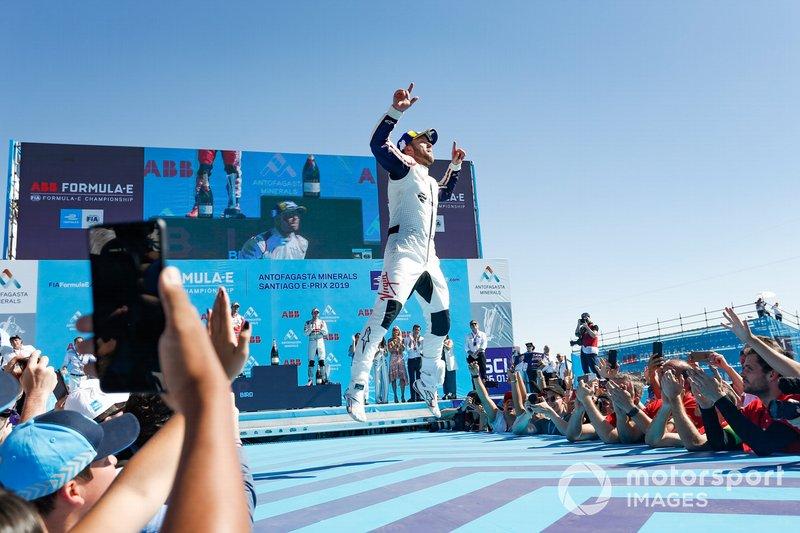 Sam Bird, Envision Virgin Racing, 1° classificato, festeggia sul podio