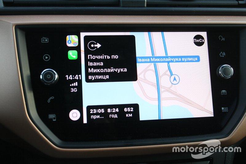 …чи прокласти маршрут у навігації вашого смартфону, мапа та маршрут якого дублюється на екрані навігаційної системи.