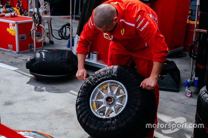 Un miembro del equipo de Ferrari en el trabajo
