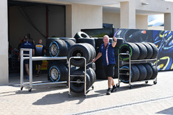 Sahara Force India mechanic and Pirelli tyres