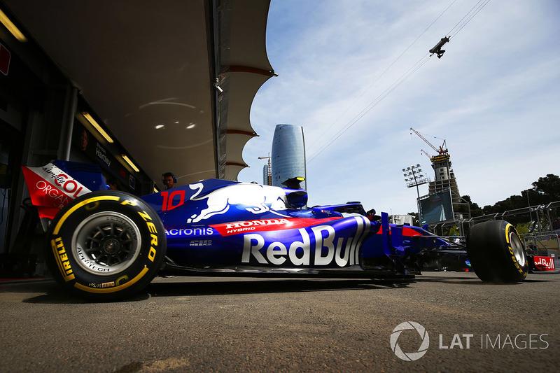 Pierre Gasly, Toro Rosso STR13 Honda, deja el garaje