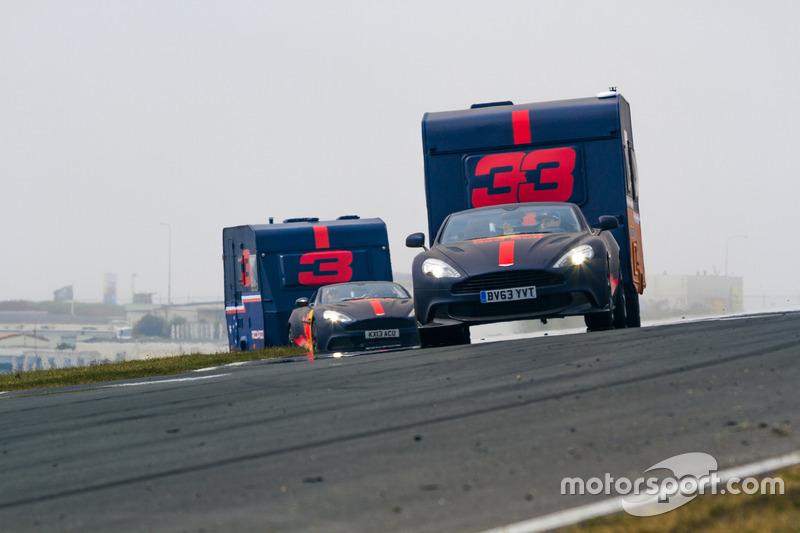 Max Verstappen et Daniel Ricciardo avec les caravanes