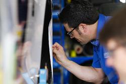 Chase Elliott, Hendrick Motorsports Chevrolet Camaro crew man