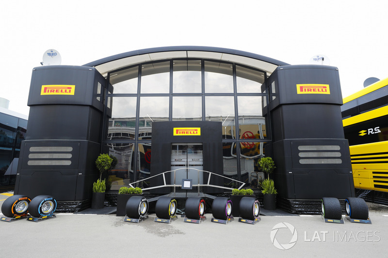 Neumáticos multicolores se muestran fuera de la zona de autocaravanas y hospitalidad Pirelli