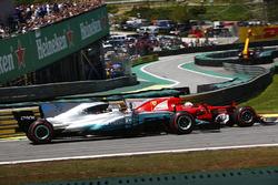 Sebastian Vettel, Ferrari SF70H, pasa a Valtteri Bottas, Mercedes AMG F1 W08