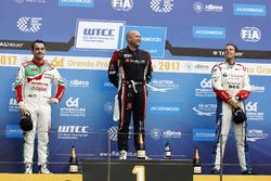 Podio: Ganador de la carrera Rob Huff, All-Inkl Motorsport, Citroën C-Elysée WTCC, segundo Norbert Michelisz, Honda Racing Team JAS, Honda Civic WTCC, tercero Tom Chilton, Sébastien Loeb Racing, Citroën C-Elysée WTCC