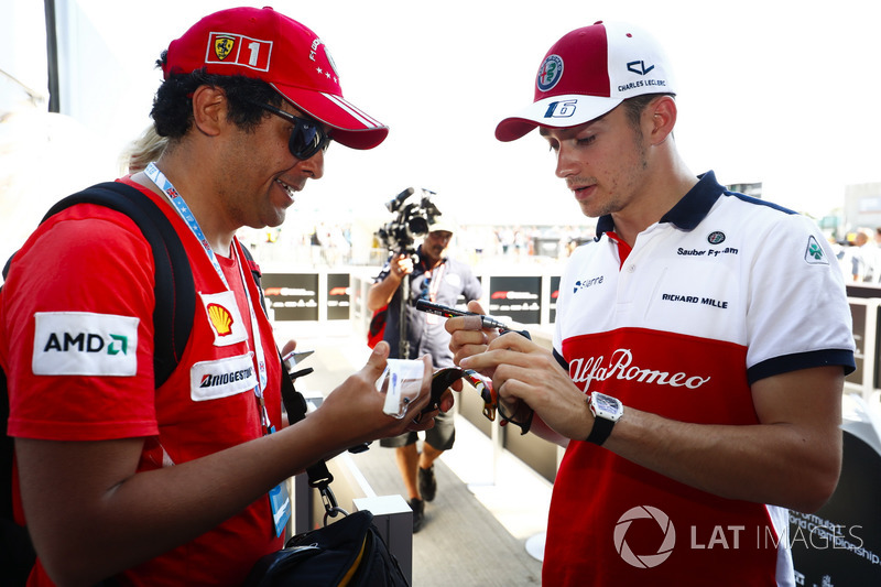 Charles Leclerc, Sauber, signe des autographes pour les fans