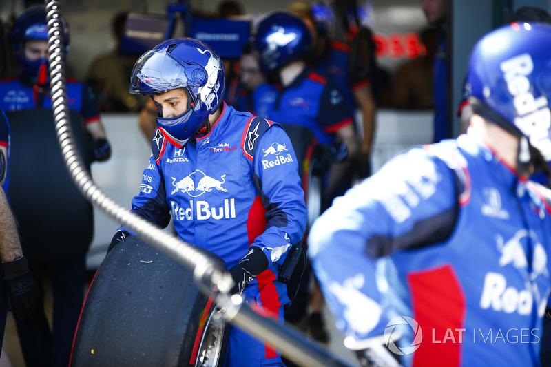 The Toro Rosso pit crew prepare some tyres