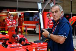 Giorgio Piola works in the F1 pitlane