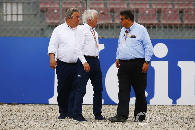Charlie Whiting, Director de Carrera, FIA, inspecciona el daño a las barreras causadas por Brendon Hartley, Toro Rosso STR13