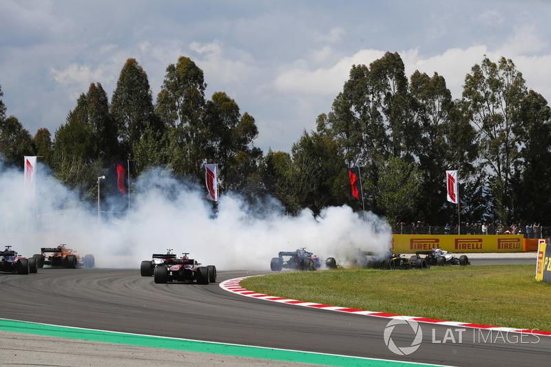 Romain Grosjean, Haas F1 Team VF-18, va in testacoda a centro gruppo, causando un incidente che coinvolge Nico Hulkenberg, Renault Sport F1 Team R.S. 18, e Pierre Gasly, Toro Rosso STR13