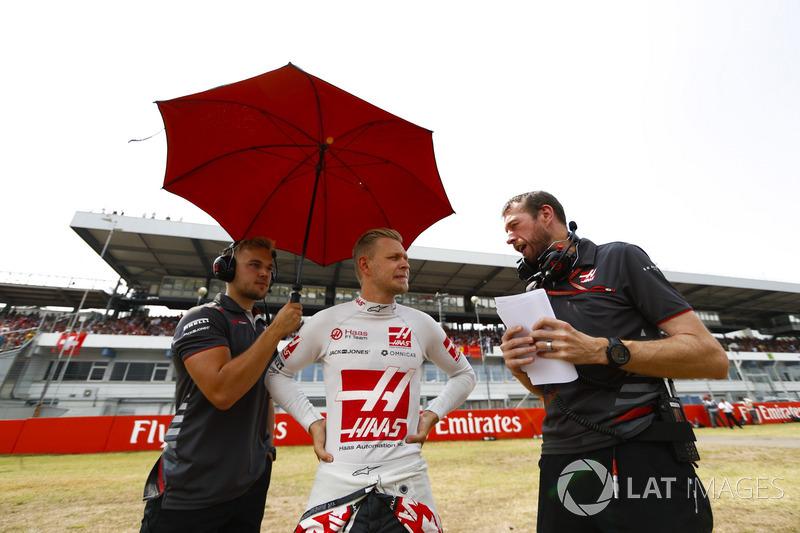 Kevin Magnussen, Haas F1 Team, parla con gli ingegneri in griglia di partenza