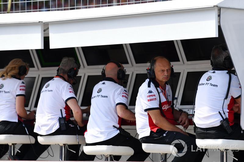 Frédéric Vasseur, team principal Sauber, sur le muret des stands