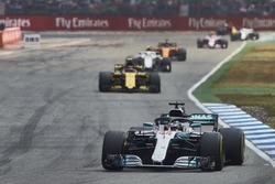 Lewis Hamilton, Mercedes AMG F1 W09, precede Carlos Sainz Jr., Renault Sport F1 Team R.S. 18