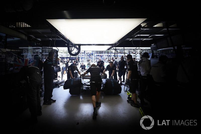 Ingenieros colocan un coche en el garaje