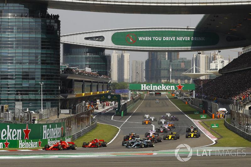 Sebastian Vettel, Ferrari SF71H, leads Kimi Raikkonen, Ferrari SF71H, Valtteri Bottas, Mercedes AMG F1 W09, Lewis Hamilton, Mercedes AMG F1 W09, Max Verstappen, Red Bull Racing RB14 Tag Heuer, and the rest of the field at the start of the race