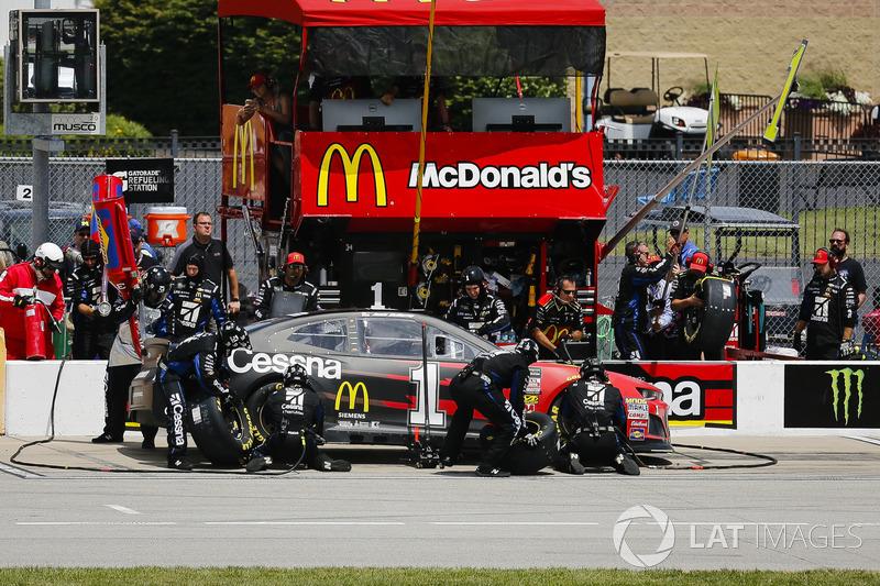 Jamie McMurray, Chip Ganassi Racing, Chevrolet Camaro McDonald's/Cessna, pit stop