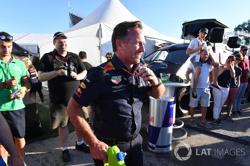 Christian Horner, director de Red Bull Racing, en la carrera de balsas