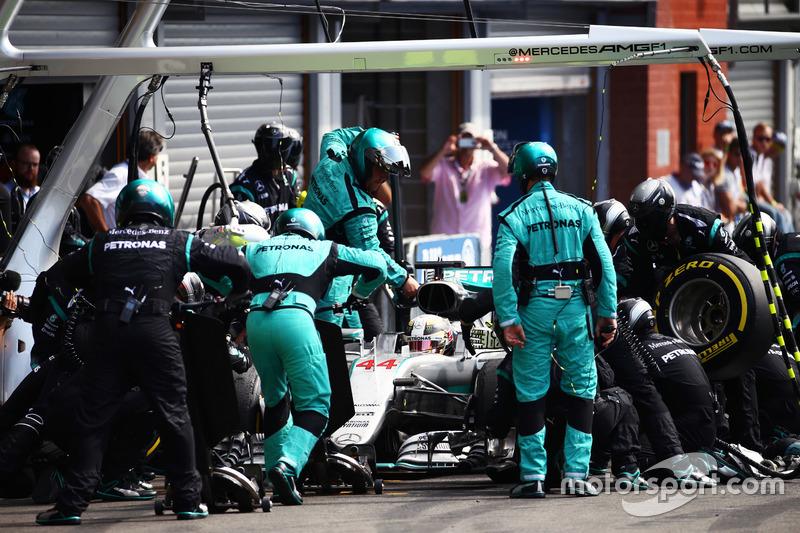 Lewis Hamilton, Mercedes AMG F1 W07 Hybrid pit stop