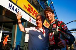 Gene Haas, Haas Automotion Präsident, feiert den 6. Platz im Debut für das Team und Romain Grosjean,