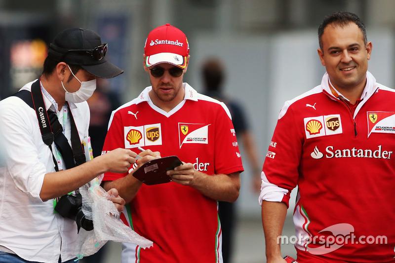 Sebastian Vettel, Ferrari, schreibt Autogramme