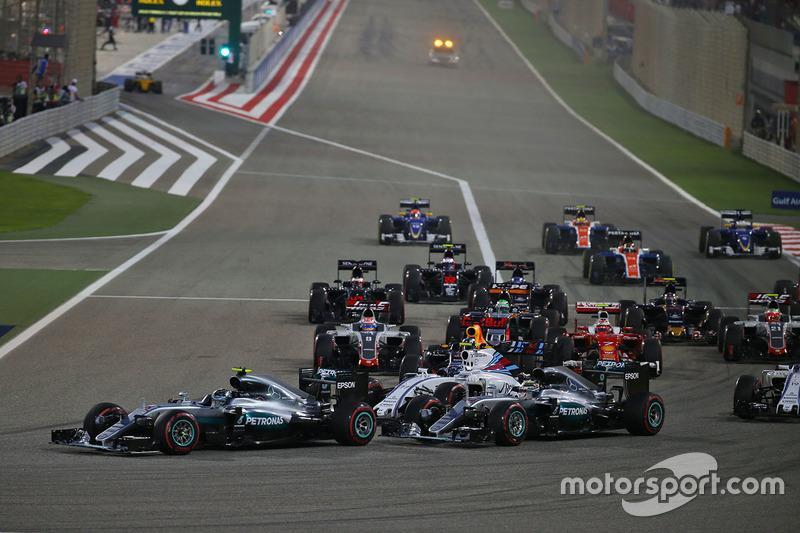 Start zum Rennen: Nico Rosberg, Mercedes AMG F1 Team W07 und Lewis Hamilton, Mercedes AMG F1 Team W07