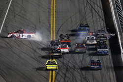 Crash de Timothy Peters, Red Horse Racing Toyota; Christopher Bell, Kyle Busch Motorsports Toyota