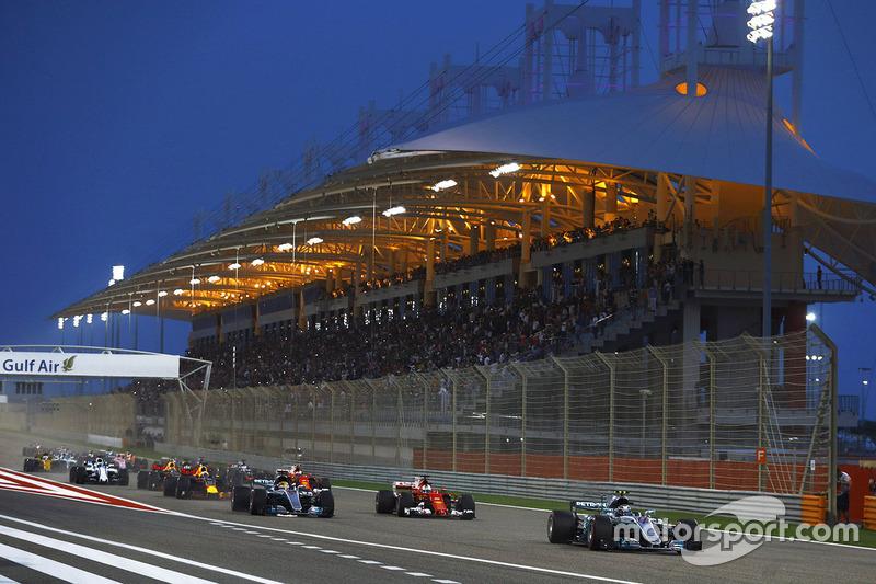 Valtteri Bottas, Mercedes AMG F1 W08, lidera a Sebastian Vettel, Ferrari SF70H, y Lewis Hamilton, Mercedes AMG F1 W08, al inicio