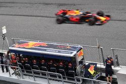 Daniel Ricciardo, Red Bull Racing RB13 passe devant le muret des stands Red Bull Racing